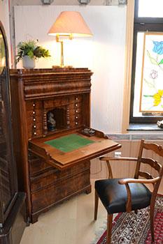 Biedermeier Sekretär aus Mahagoni aufgeklappt schräge Ansicht mit Replika Stuhl - Antiquitäten und Möbelbau Jörg Wedler