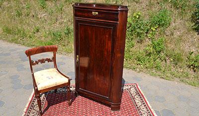 Eckschrank Mahagoni mit Replika-Stuhl zum Verkauf